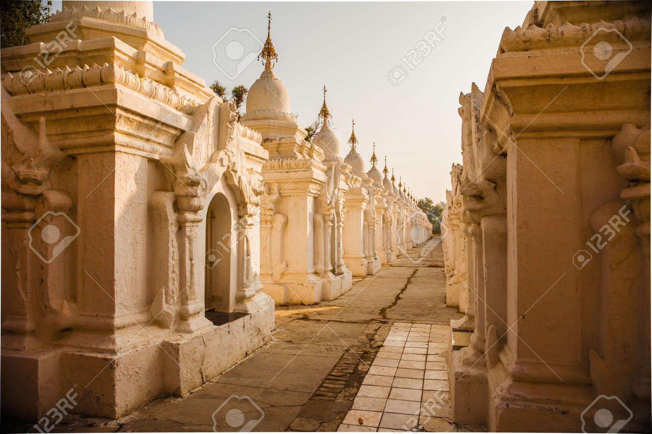 Sanctuaires Du Plus Grand Livre Du Monde A La Pagode Kuthodaw Au Lever Du Soleil A Mandalay Myanmar