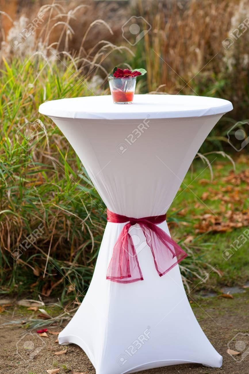 Bar tafel versierd met bloemen voor buiten herfst bruiloft royalty ...