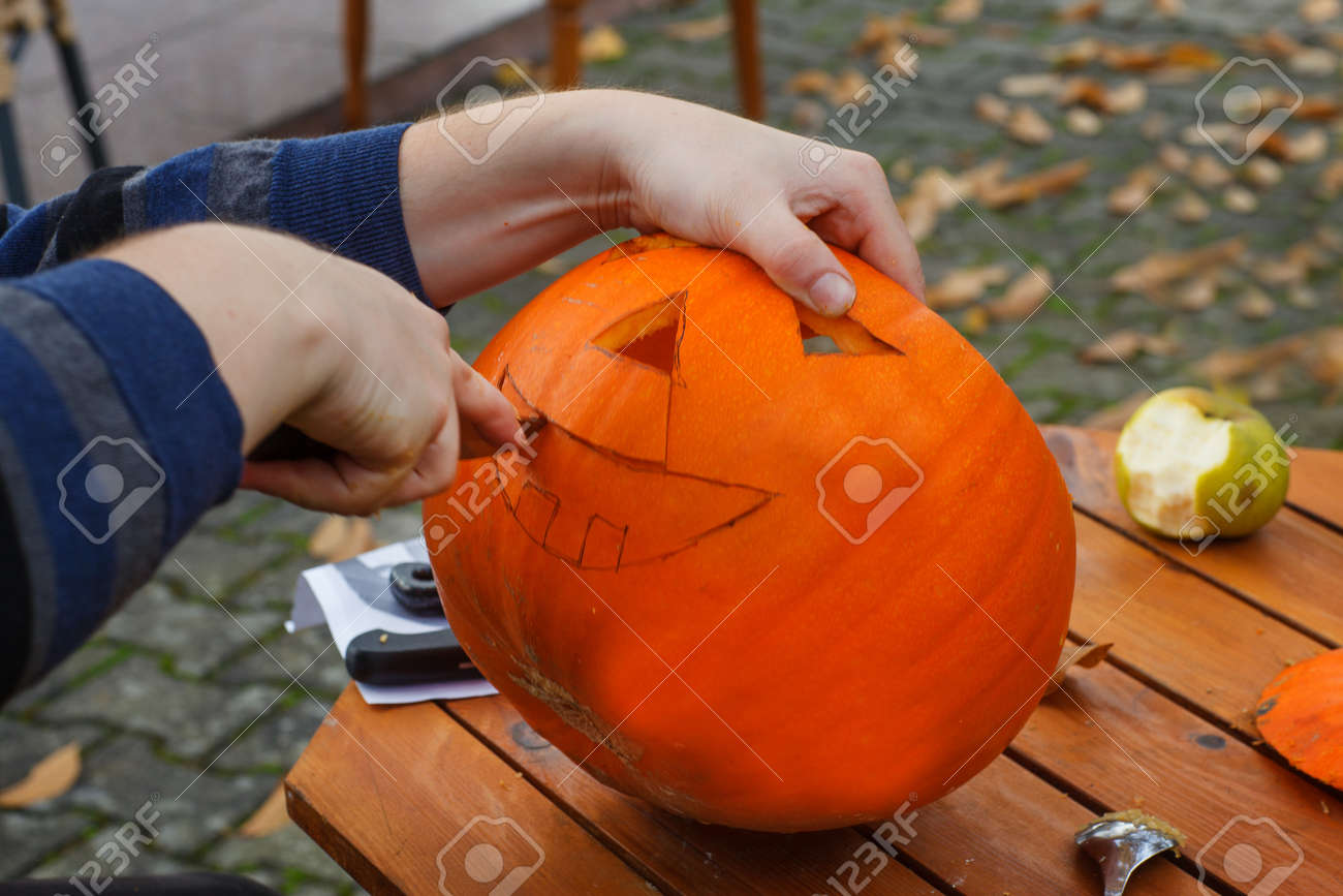 Creuser Une Citrouille Pour Préparer Halloween Lanterne Banque D
