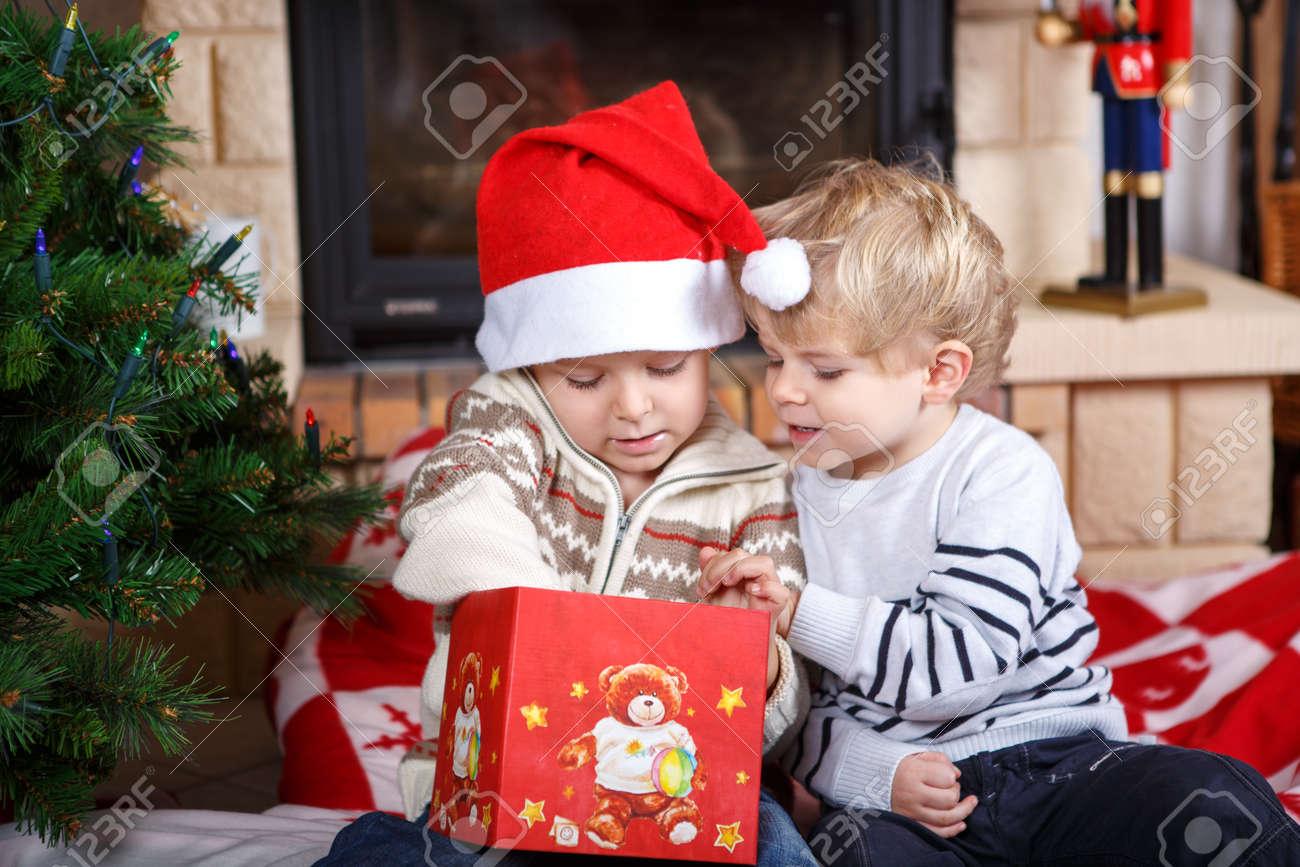 Zwei Kleine Geschwister Jungen Glücklich über Weihnachtsgeschenk ...