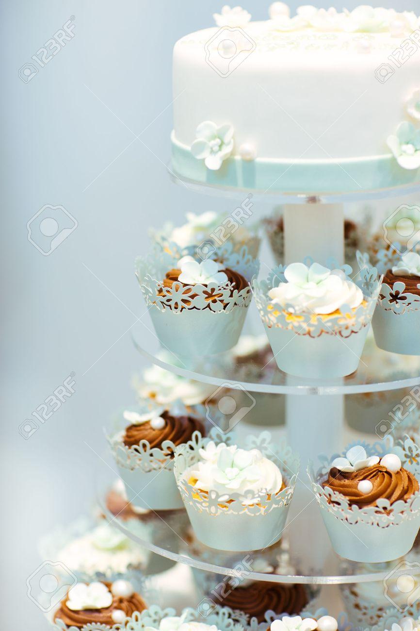 Hochzeitstorte Und Cupcakes In Braun Und Creme In Blau Weiss Und