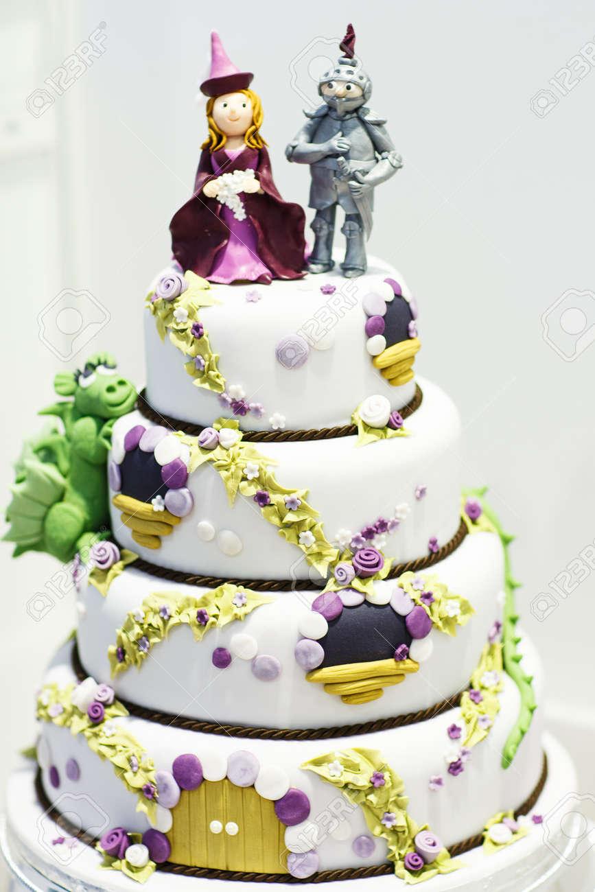 Beau Gâteau De Mariage Décoré De Chevalier Et Princesse Pour Partie