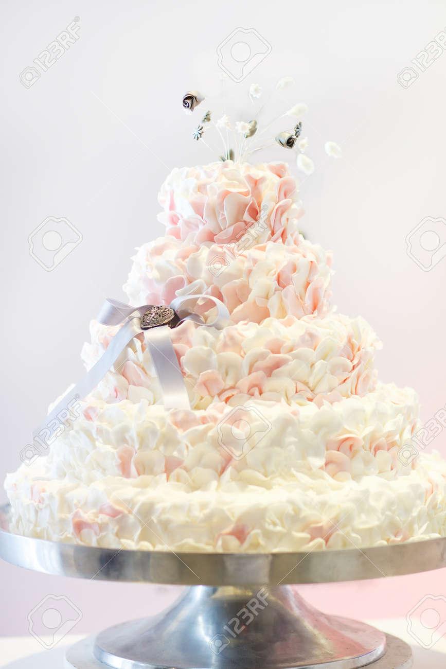 Kostliche Schonen Hochzeitstorte In Weiss Creme Und Rosa
