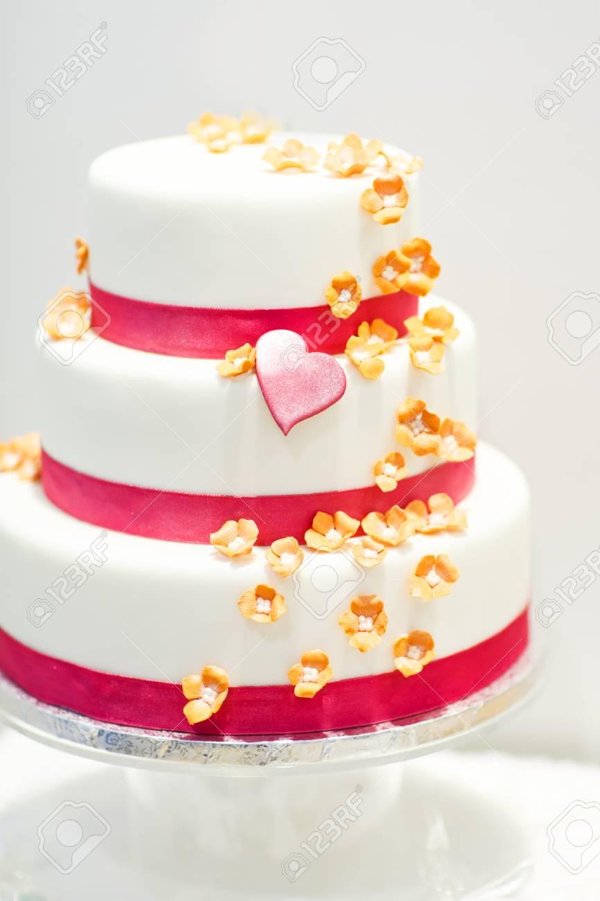Hochzeitstorte Mit Rosa Rosenbluten Und Herzen Verziert Lizenzfreie