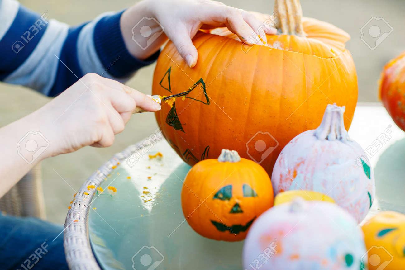 Creuser Une Citrouille Pour Préparer Lanterne Halloween Mains De L