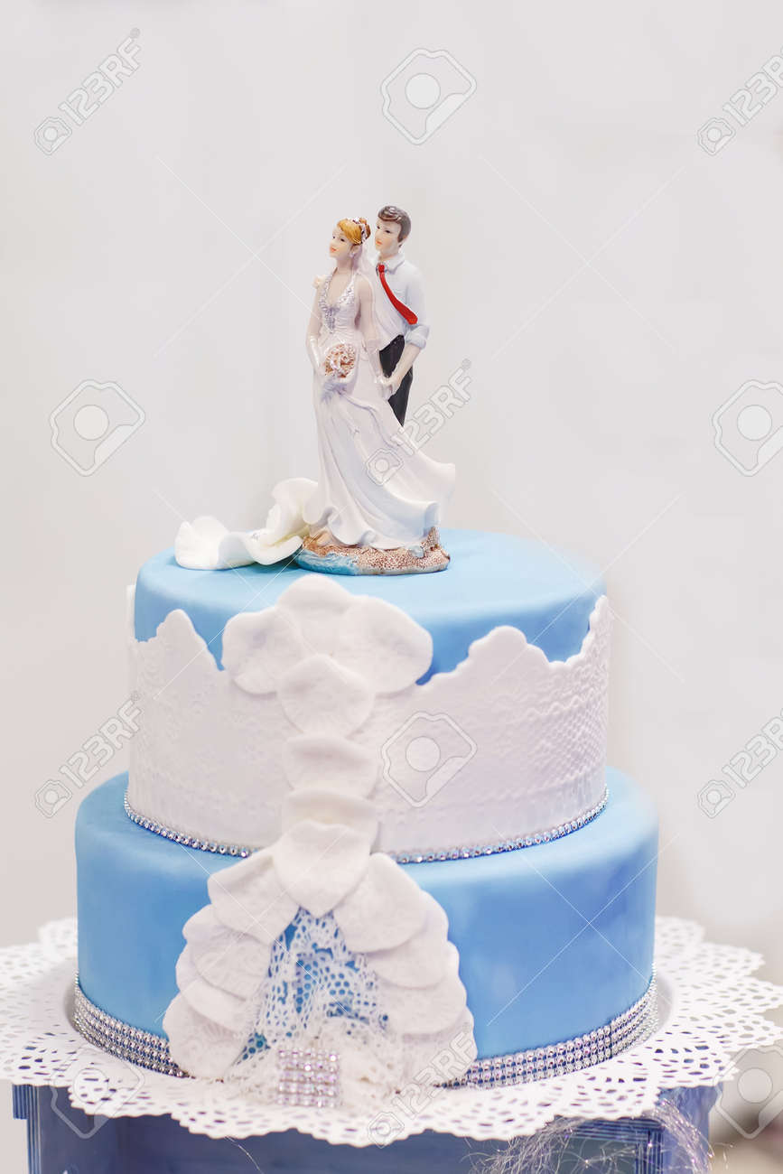 Hochzeitstorte In Soft Blau Und Weiss Mit Braut Und Brautigam Figur