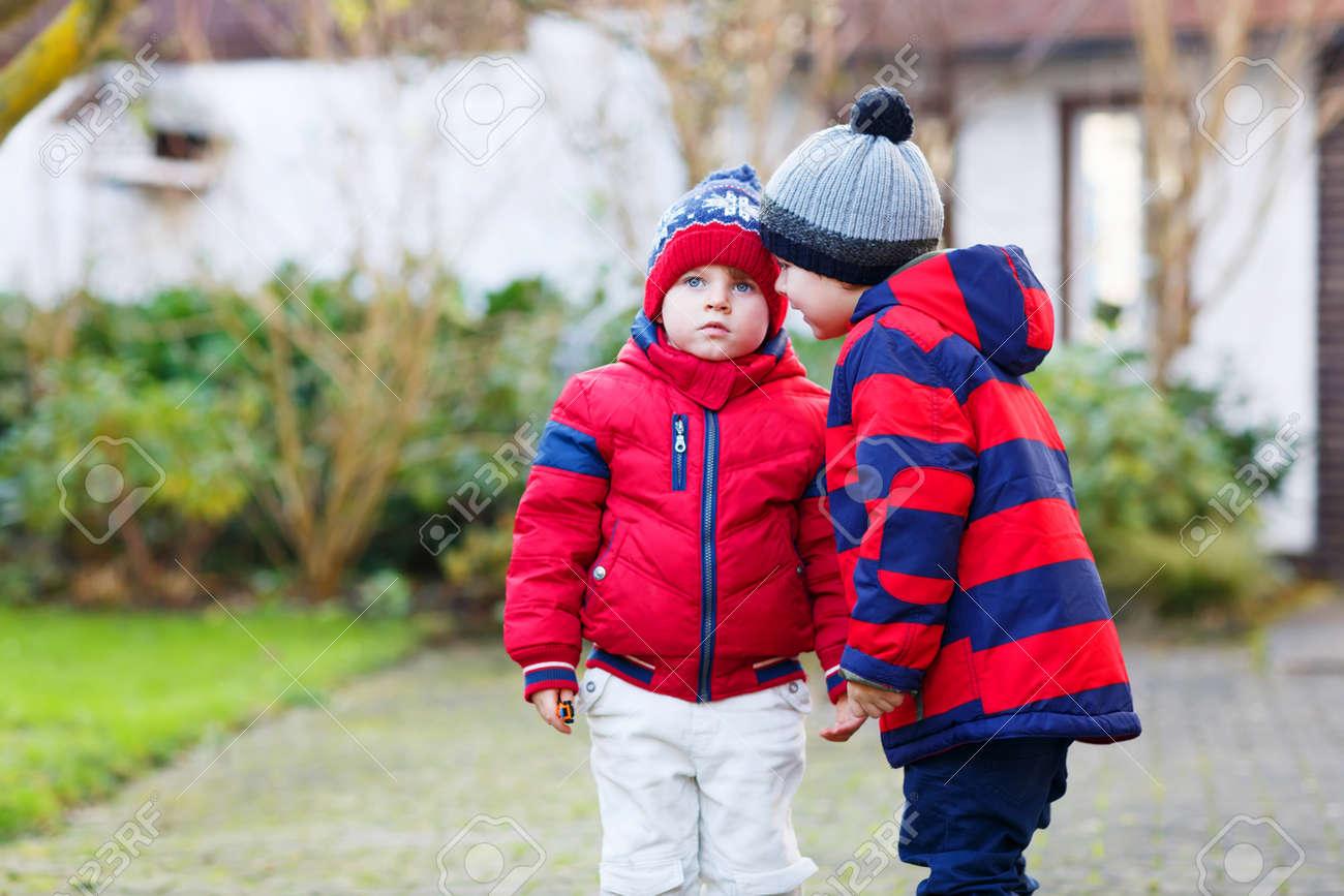De Hermanos Con Sombreros Niños Pequeños Rojas Y Chaquetas Dos qUB8vxx