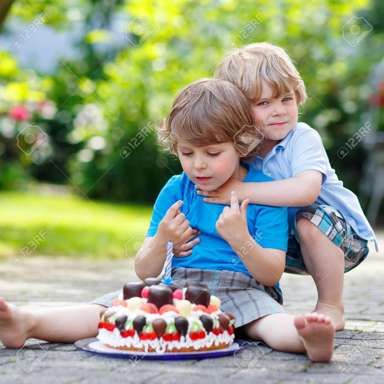 Zwei Kleine Jungen Kind Feiert Geburtstag In Das Haus Garten Mit