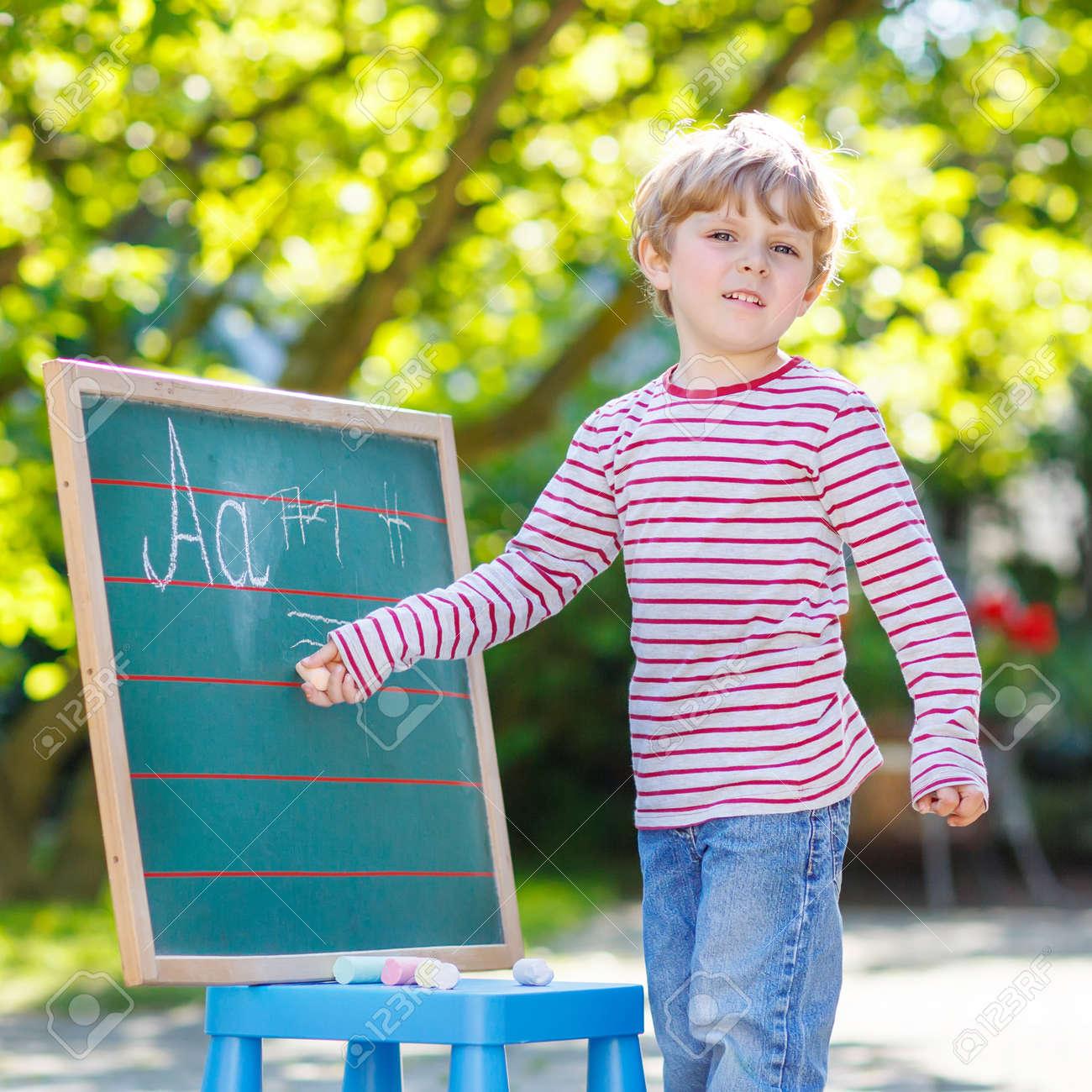 Kleine Blonde Kind An Der Tafel Zu üben Das Schreiben Von Briefen