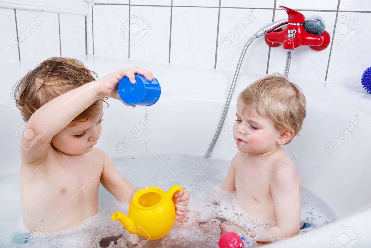 Sí Con Niños Dos Agua El Cooperan Pequeños La Bañera CasaJugando Baño Entre Hermanos Divierten Divertidos Por Los Tomar En Y f7vb6Ygy
