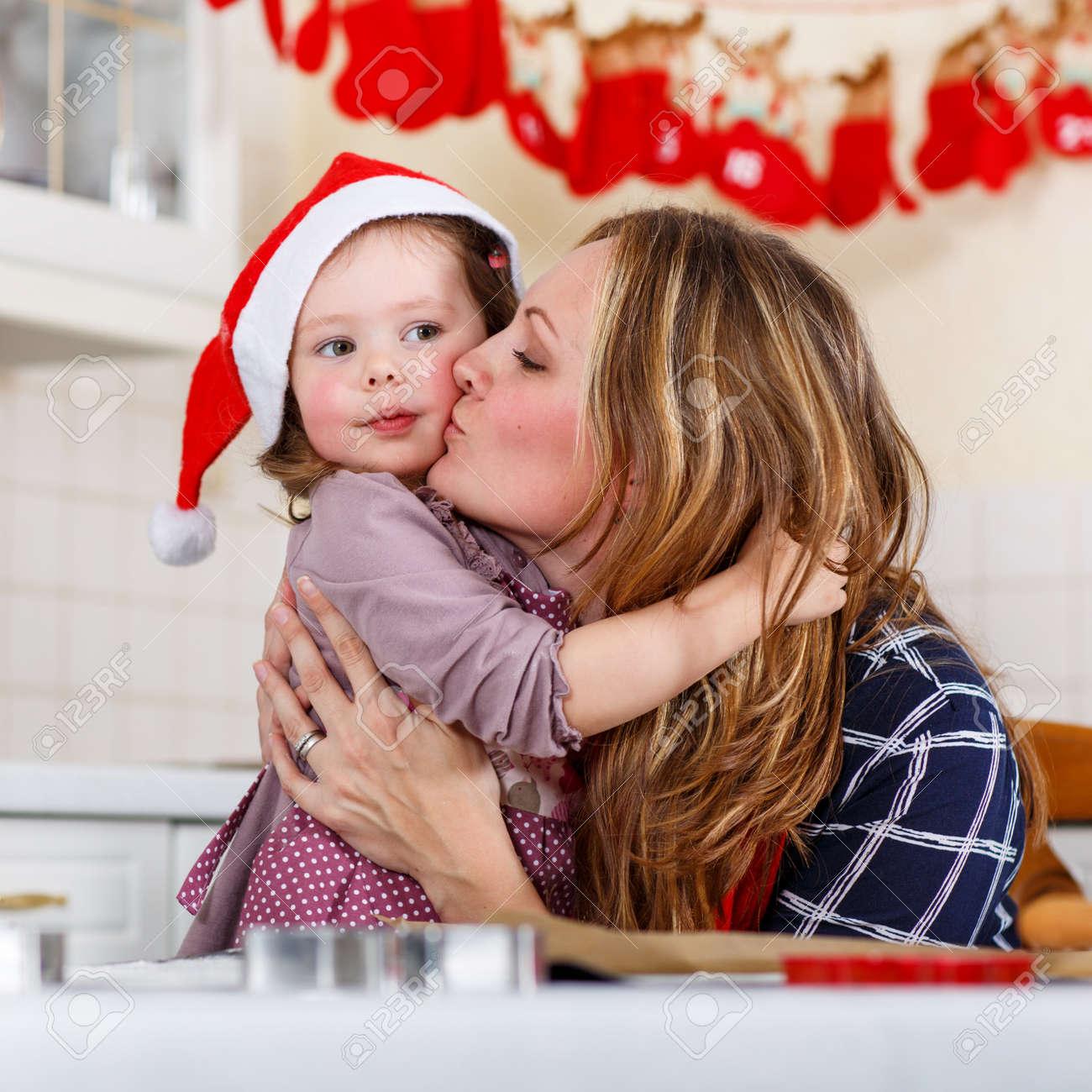 Weihnachtsplätzchen International.Glückliche Mutter Junge Frau Im Roten Weihnachtsmütze Backen