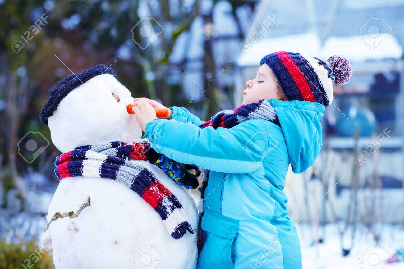 Muchacho Adorable Niño Haciendo Un Muñeco De Nieve Y Comer Zanahoria Jugar Y Divertirse Con La Nieve Al Aire Libre En Un Día Frío Al Aire Libre Activa De Ocio Con Los