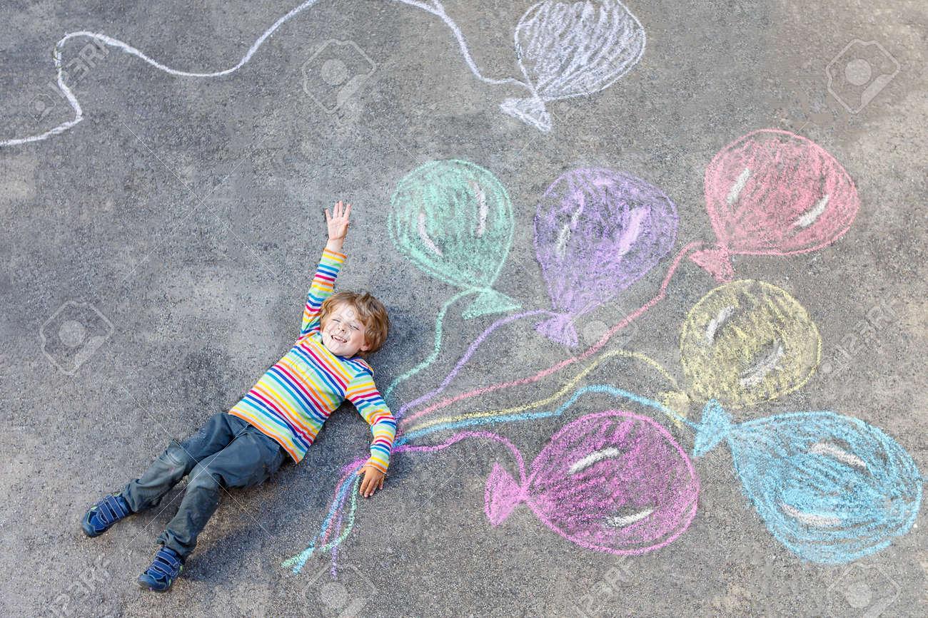 poco juego nio chico lindo y volar con globos de colores imagen dibujo con tiza