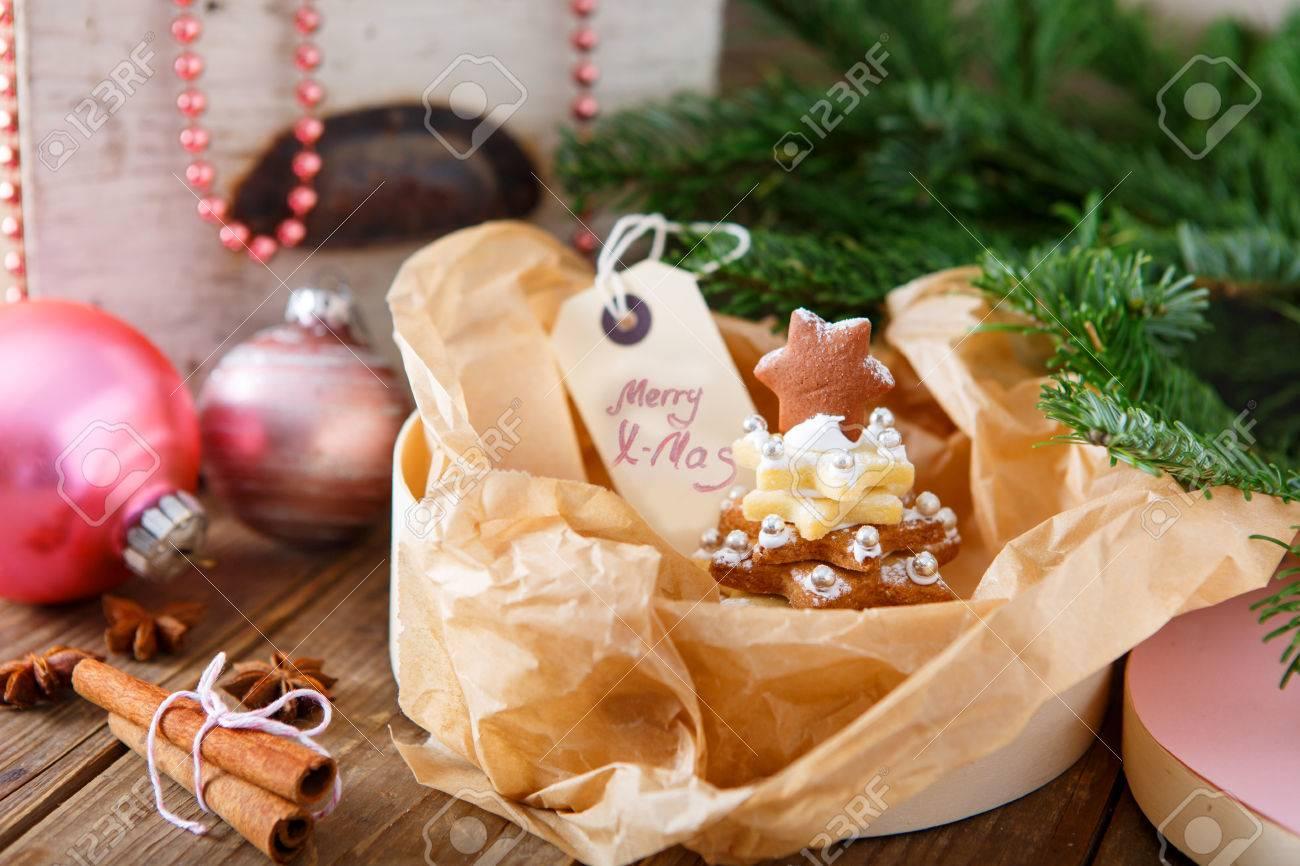 Home Made Gebakken Kerstmis Peperkoek Boom Als Cadeau Voor Familie En Vrienden De Decoratie Van Kerstmis In Het Roze Met Poedersuiker Als Sneeuw