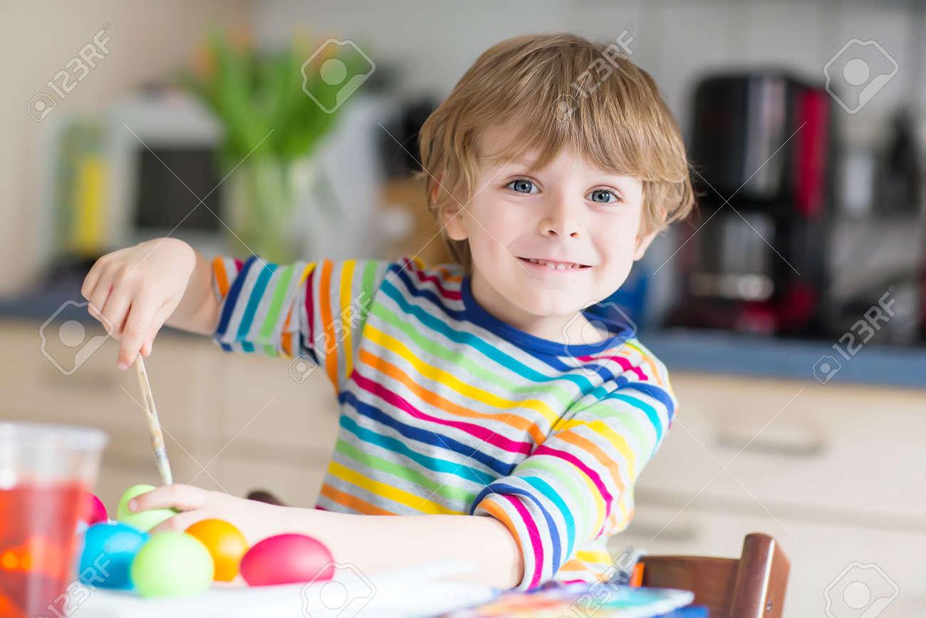 Kleine Blonde Junge Junge Färbung Eier Für Ostern In Heimischen ...