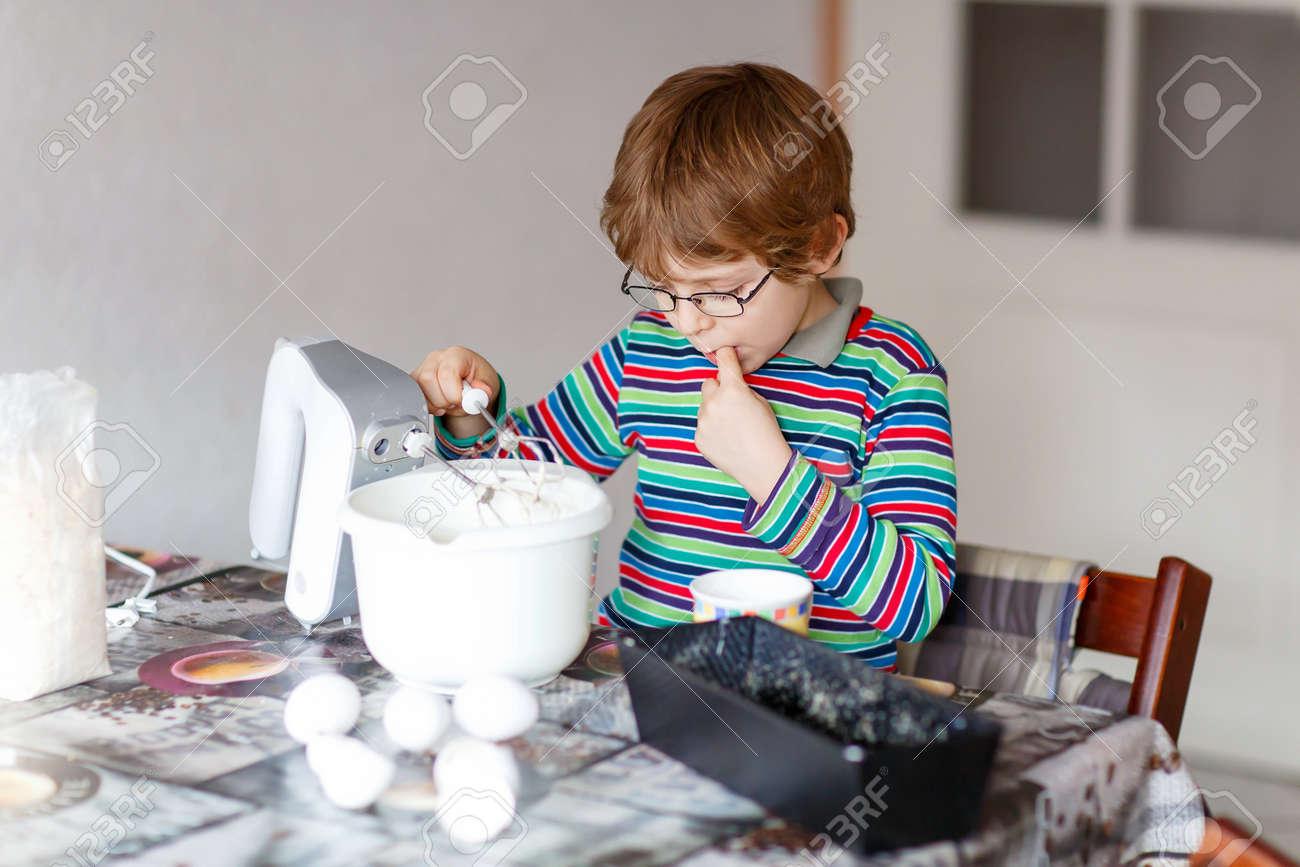 Schone Lustige Blond Kleines Kind Junge N Glaser Backen Kuchen Und