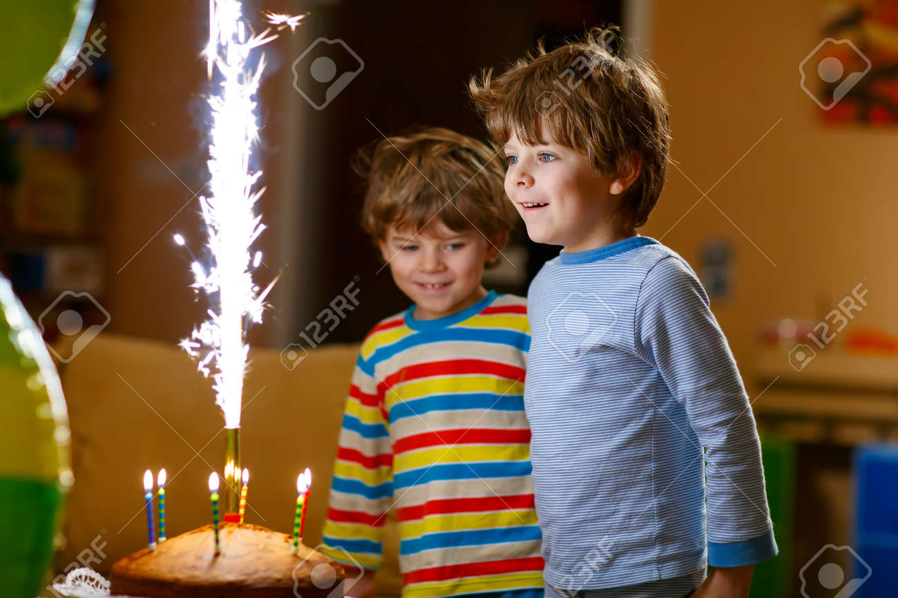 Schone Kinder Kleine Jungen Geburtstag Feiern Und Kerzen Auf