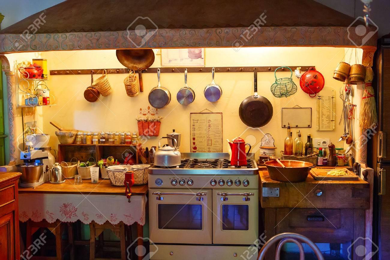 L\'intérieur Du Rural, Ancienne, Cuisine Vintage. Style Provençal ...