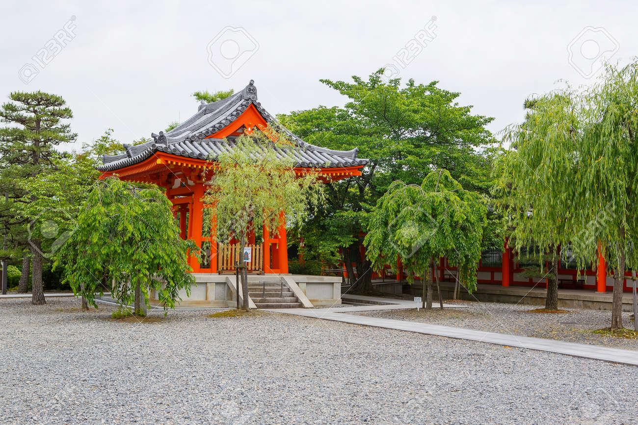 Fushimi Inari Taisha Shrine à Kyoto, au Japon avec une belle porte rouge et  jardin japonais
