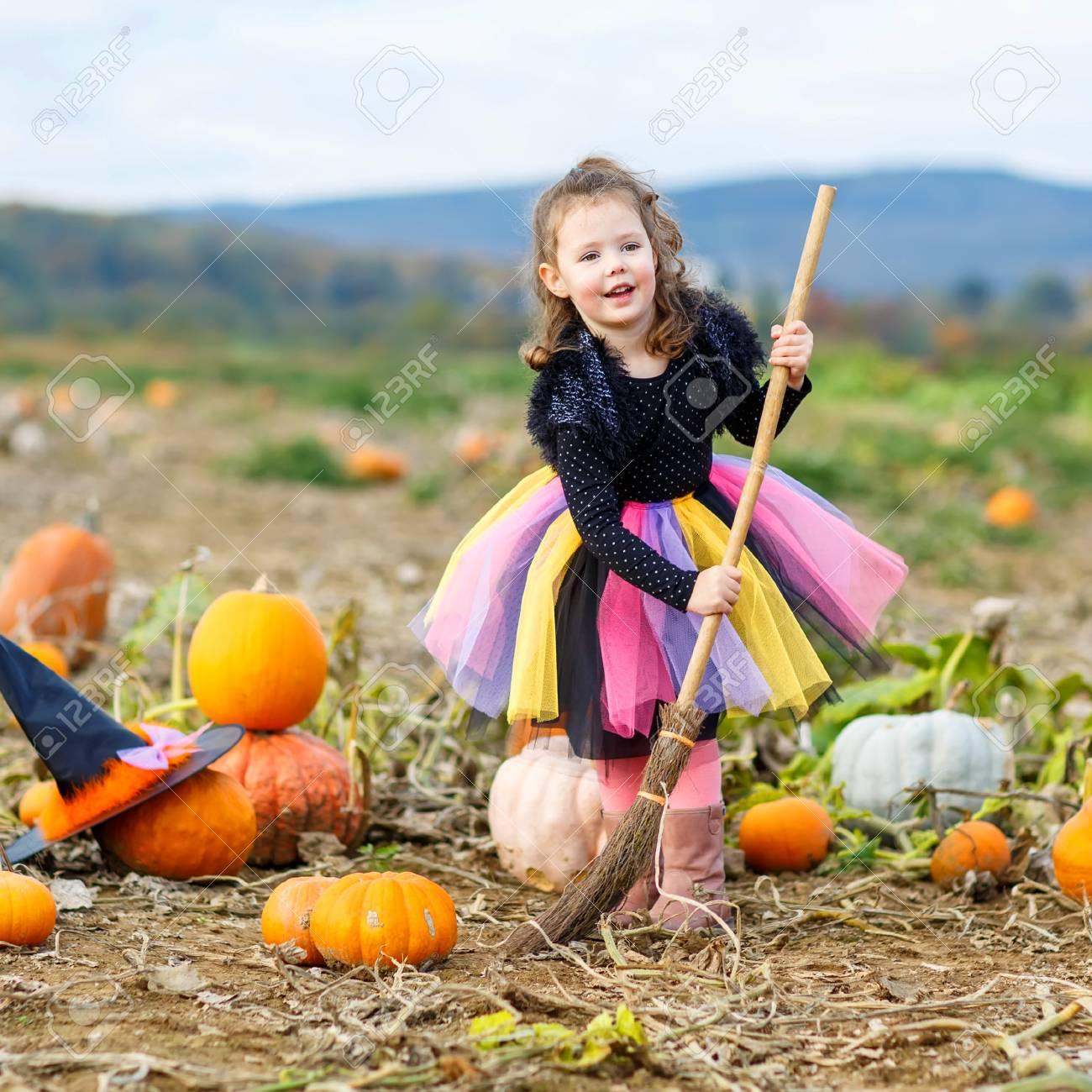 d4059532f775 Mignonne petite fille de 3 ans portant le costume de sorcière halloween  s amuser sur