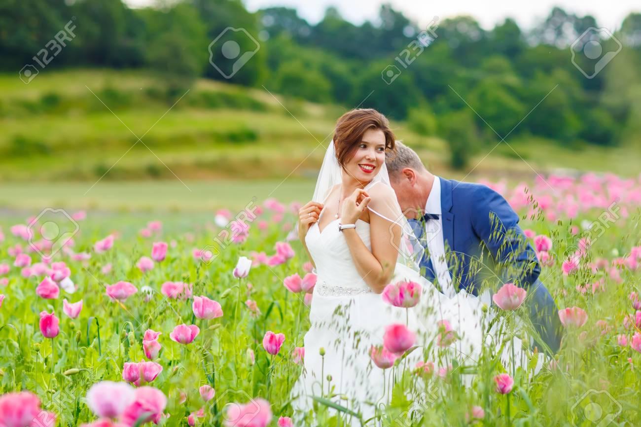 Et En Avoir Plaisir RoseBelle Heureux Baiser De Mariage Champ Mariée Marié Blanche Du Couple Fleurs Le Robe Pavot Dans m8wvn0N