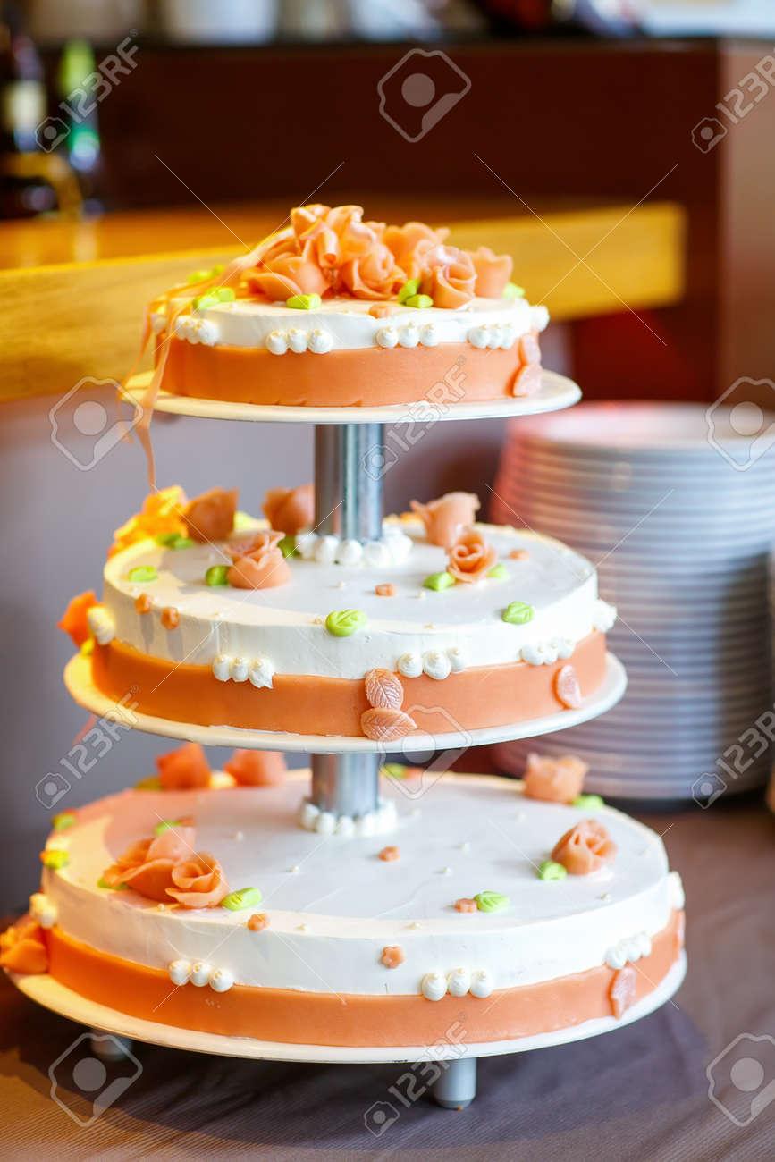 Hochzeitstorte Mit Weichen Blumen In Weiss Und Orange Lizenzfreie