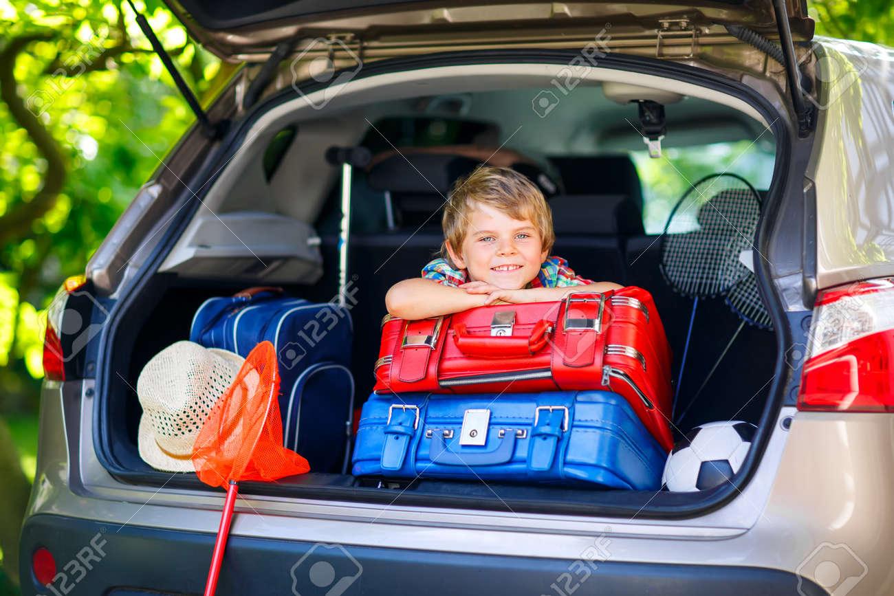 Garçon Adorable Petit Partir Coffre Ses Avant Avec ParentsHeureux Assis Un Les Dans Enfant Vacances De Juste Pour D'été Voiture WE9HD2I