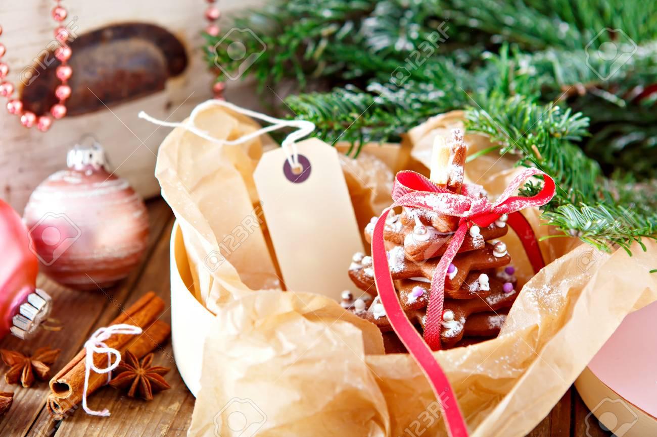 Arbre De Pain D Epice De Noel Fait Maison Comme Un Cadeau Pour La Famille Et Les Amis Decoration De Noel En Rose Avec Du Sucre Glace Et De La Neige