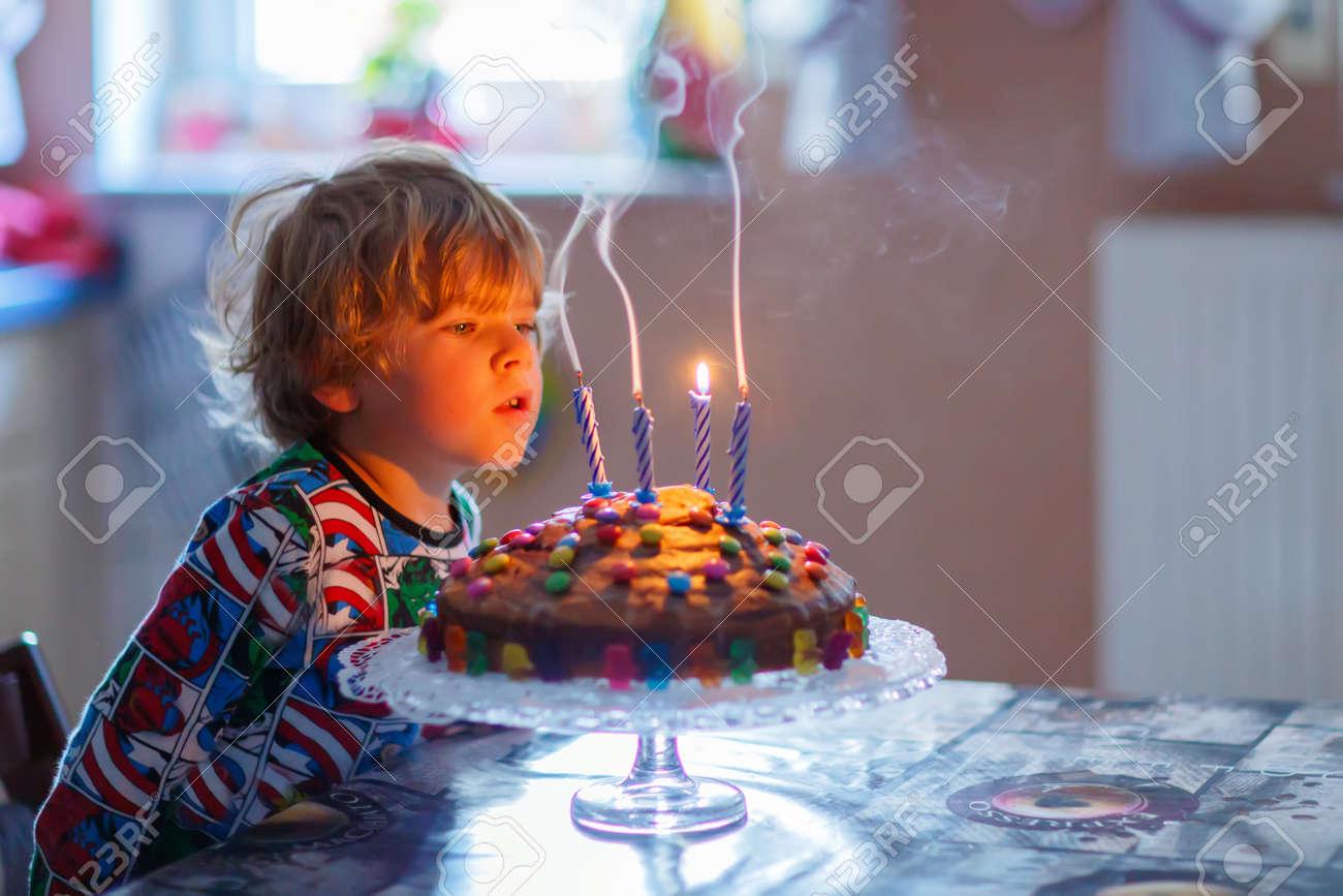 Gluckliches Kleines Kind Junge Der Seinen Geburtstag Feiert Und