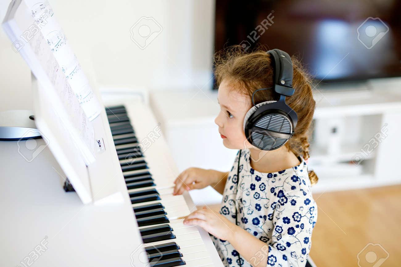 Schönes Kleines Kind Mädchen Klavier Im Wohnzimmer Oder Musikschule ...