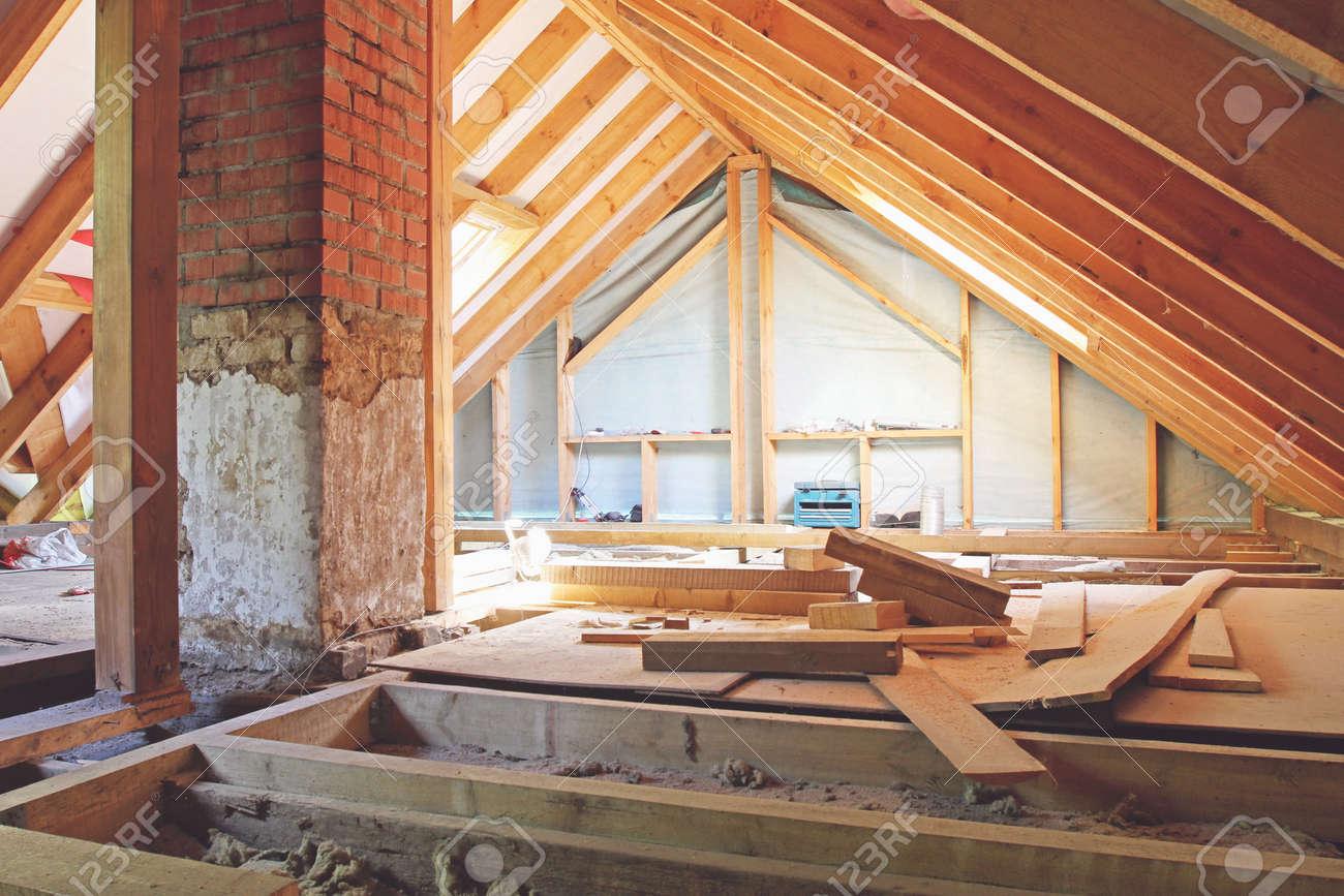 Une vue intérieure d\'un grenier de la maison en construction