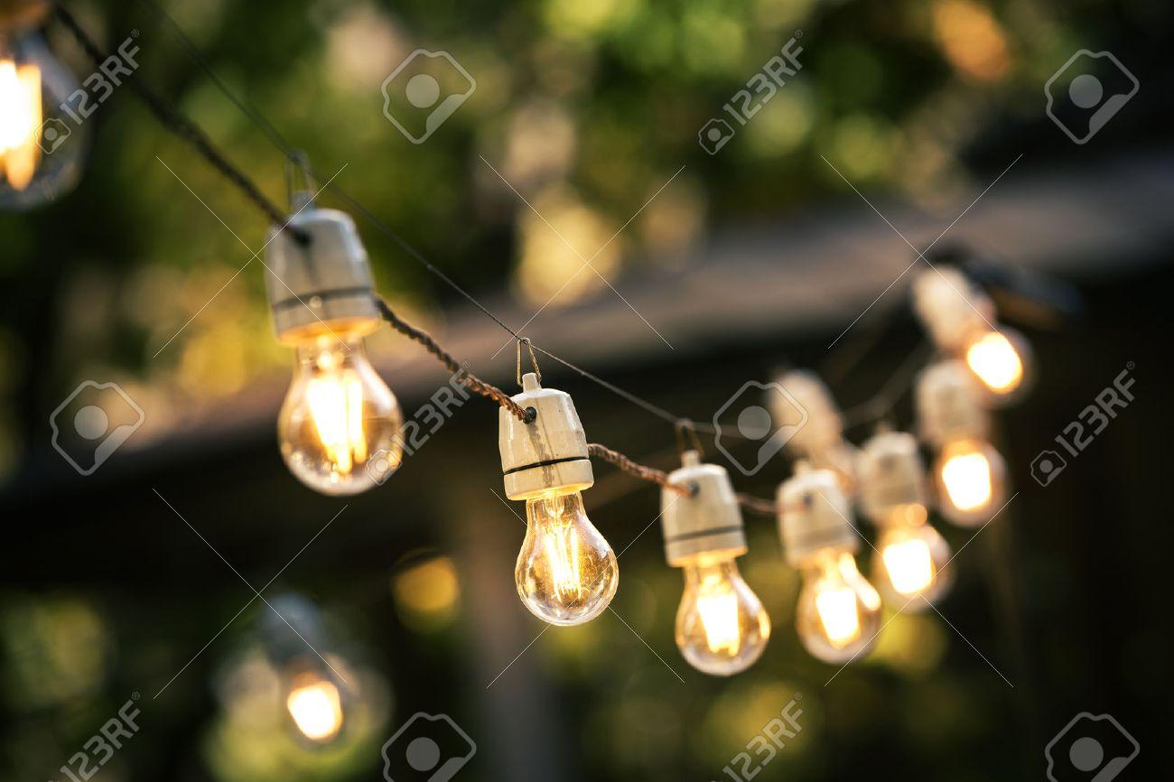 Outdoor Lichterketten Auf Einer Linie Im Hinterhof Hängen Standard Bild    65571404