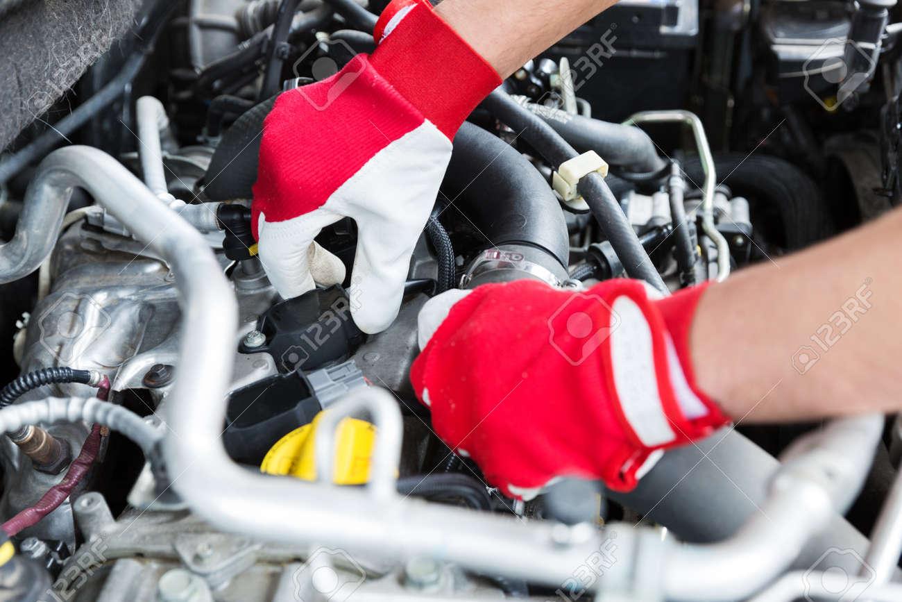 Automechaniker, Der Automotor Zündkerzendrähte überprüft Lizenzfreie ...