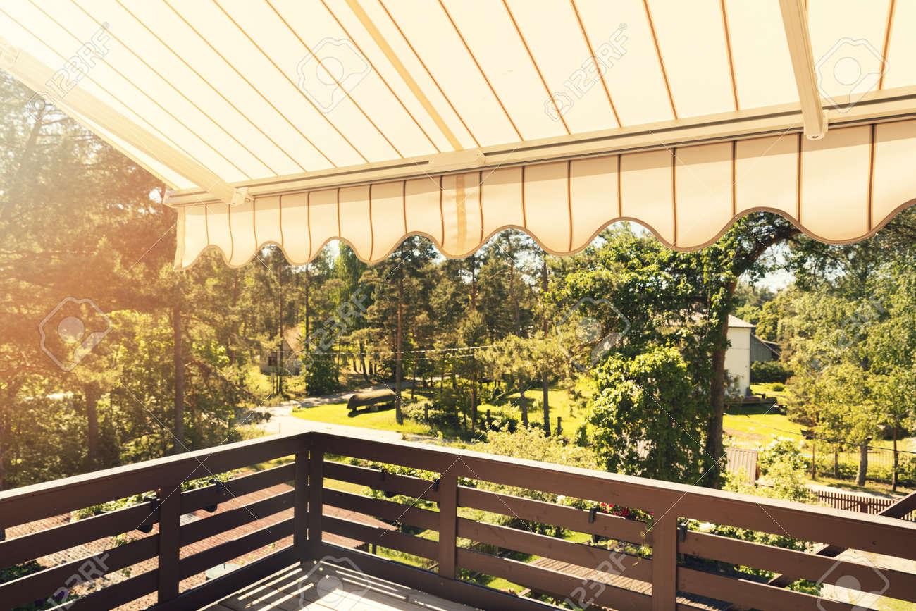 Auvent Balcon dedans auvent sur balcon terrasse sur une journée ensoleillée banque d