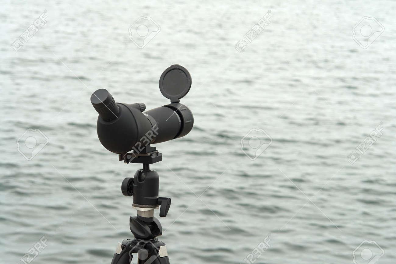 Natur vogelbeobachtung spektiv monokulare auf einem stativ in der