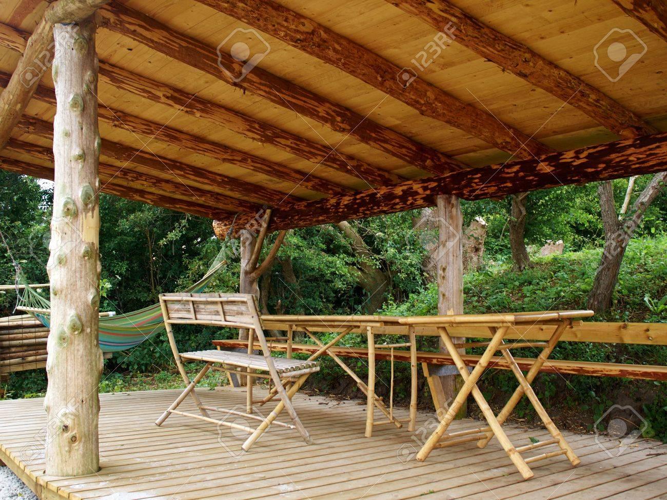 Tradicional Pérgola De Madera Hecho A Mano Con Muebles De Jardín En ...