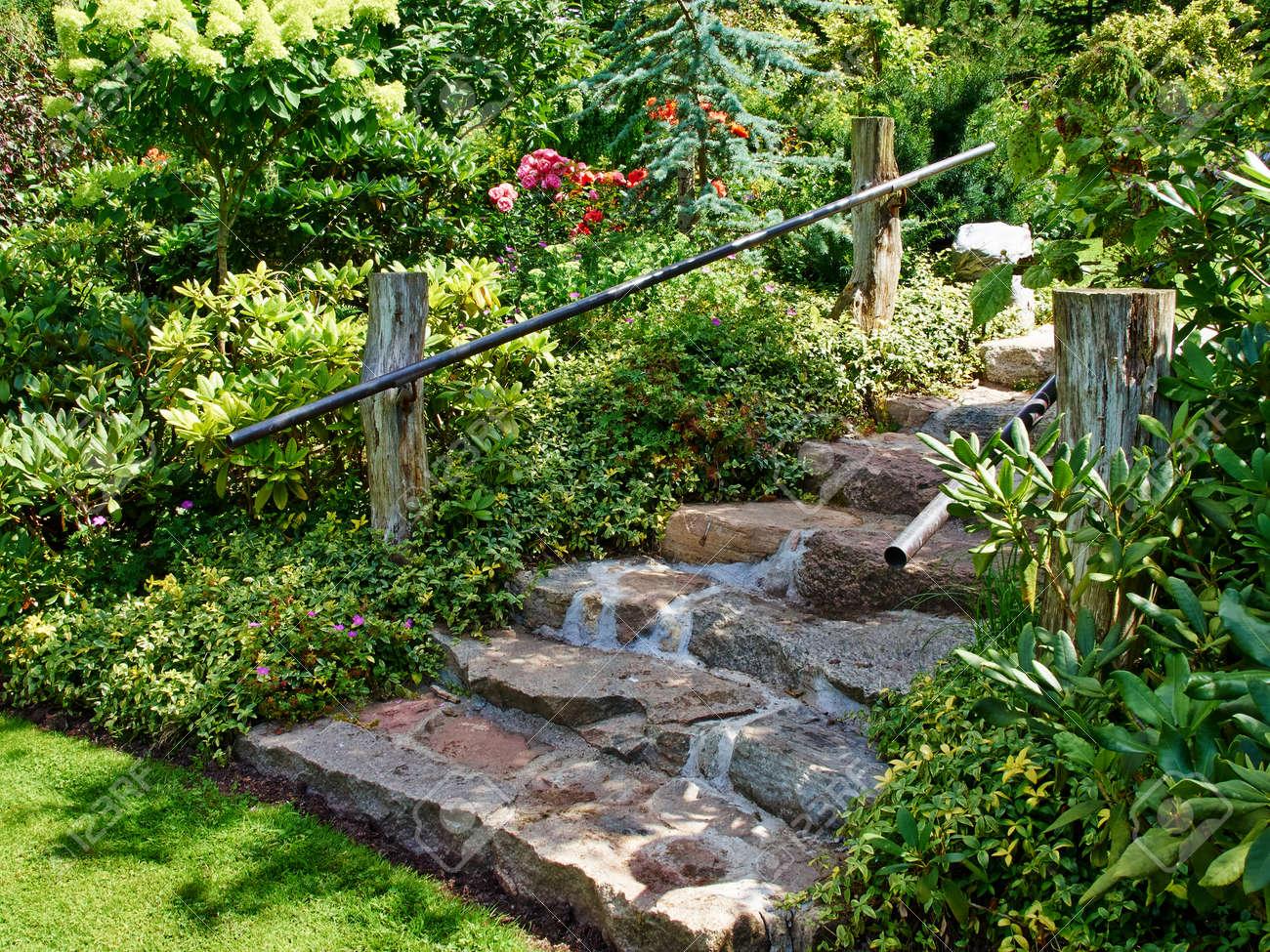 naturstein treppen landschaftsbau in schönen üppigen grünen