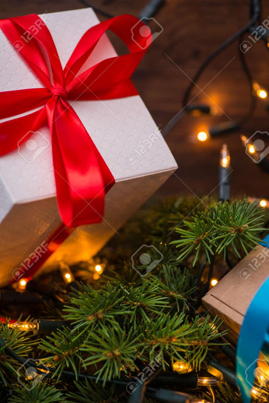 Weihnachtsgeschenk-Boxen Mit Roten Und Blauen Bögen Und Bokeh ...