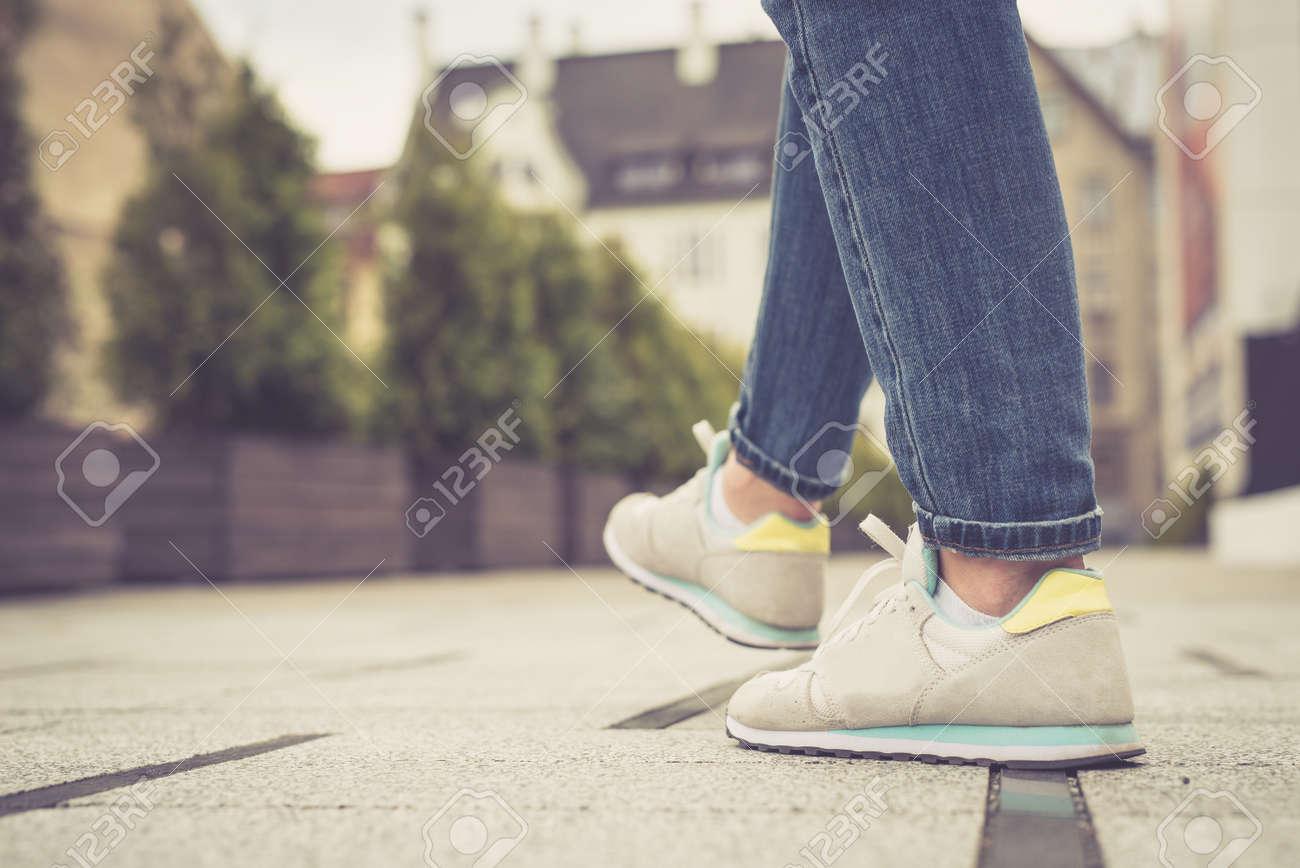 Por Ciudad Jóvenes La Fotos Y En Caminando Caminar Pies Piernas 3cSAL4qj5R