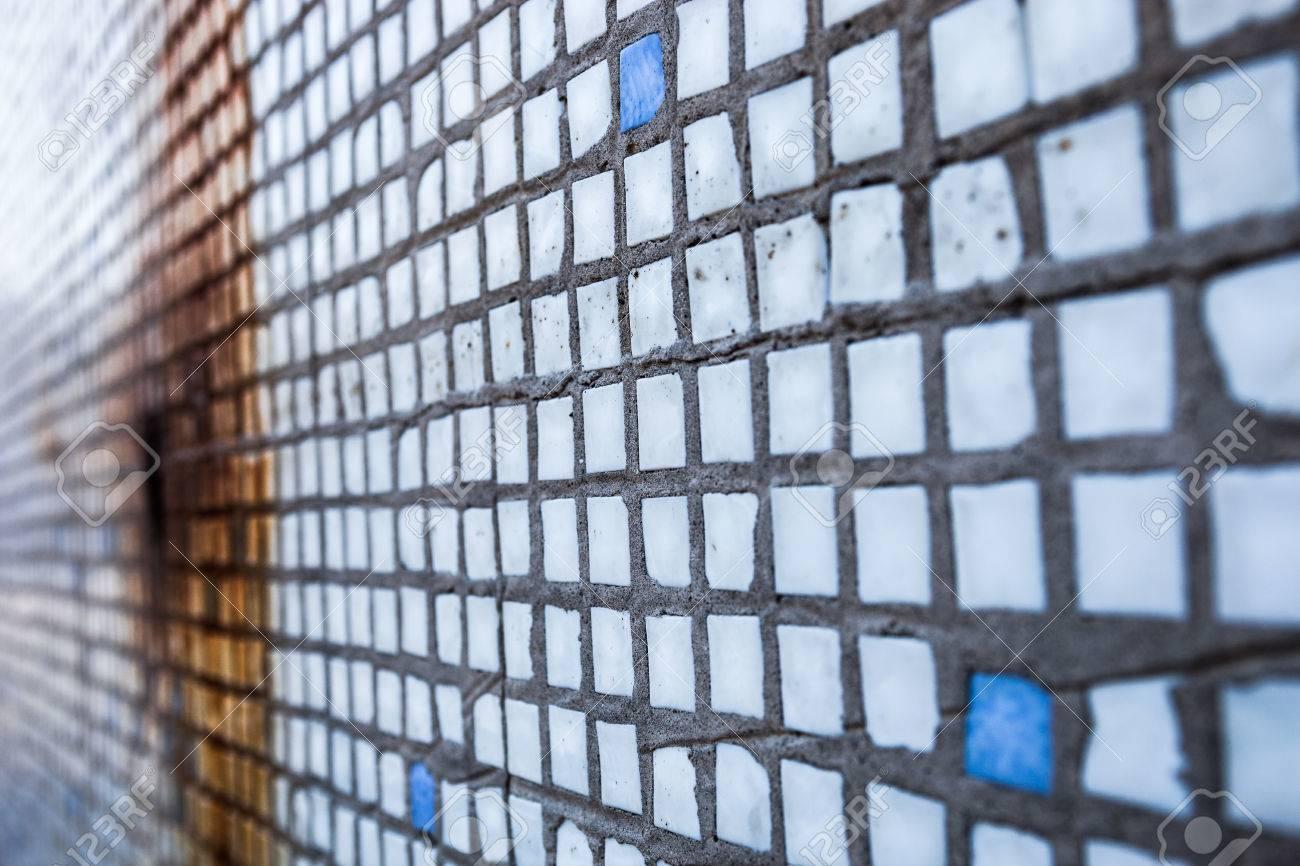 Superficie delle vecchie piccole piastrelle quadrate con la ruggine