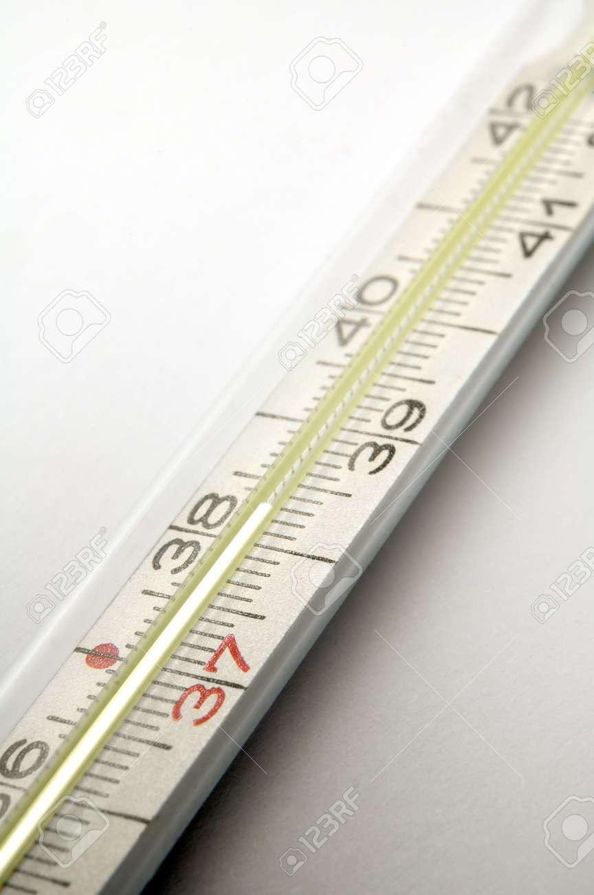 termómetro clínico detalle, alta temperatura, con fondo gris  Foto de archivo - 3234730