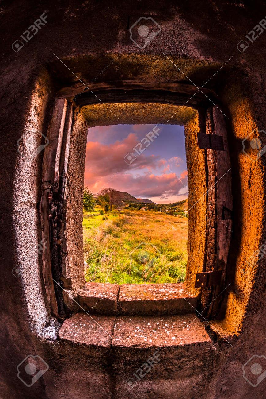 Ein Schöner Rahmen Für Die Landschaft. Es Framing Ein Baum Und Die ...