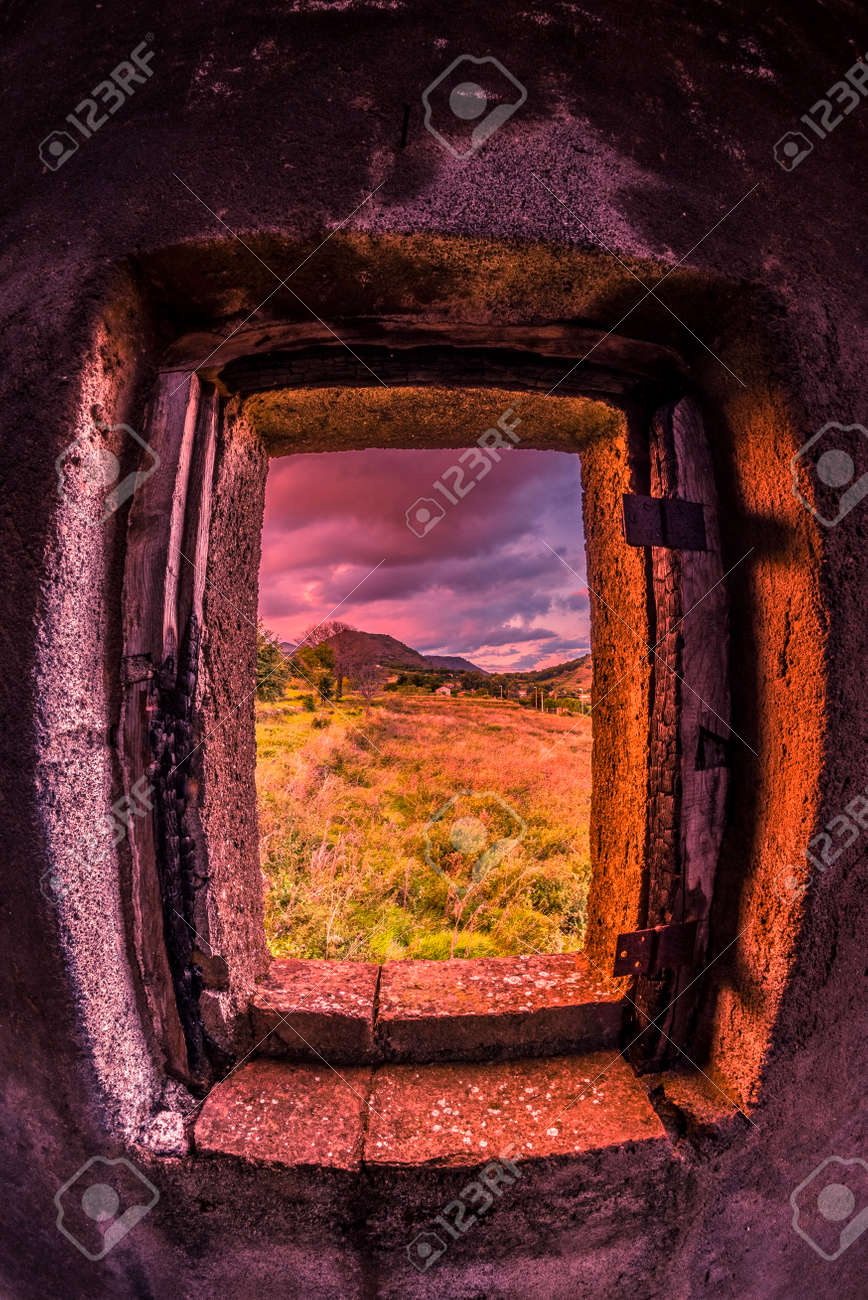 Un Marco Hermoso Para El Campo. Se Enmarca Un árbol Y Los Montes Del ...