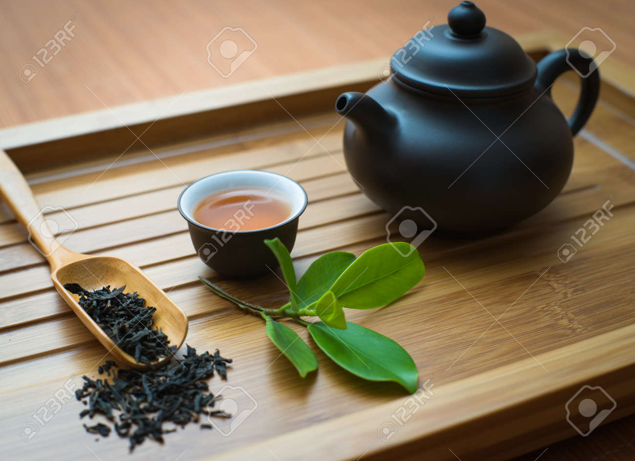 tealeaves,teacup and teapot on the bamboo mat Standard-Bild - 19936840