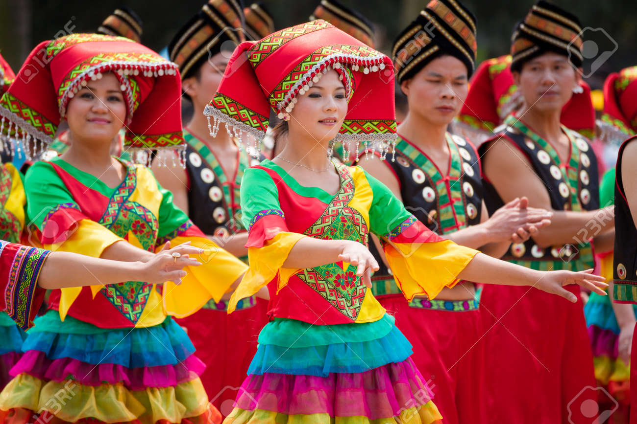Nanning, China - March 24, 2012: Chinese dancing girl in Zhuang ethnic Festival.March 3rd is the Songs Festival of the Zhuang ethnic in Southwest China.Every year in this day,Zhuang ethnic people with traditional dress singing and dancing to celebrate thi Standard-Bild - 19995780