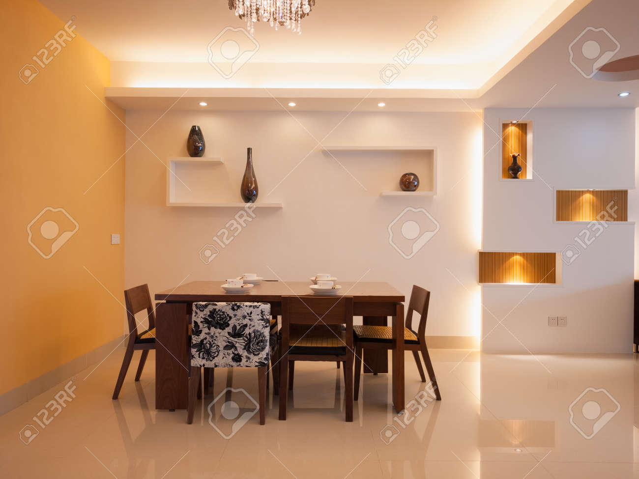 modern dining room with dining table and chairs Standard-Bild - 20054654
