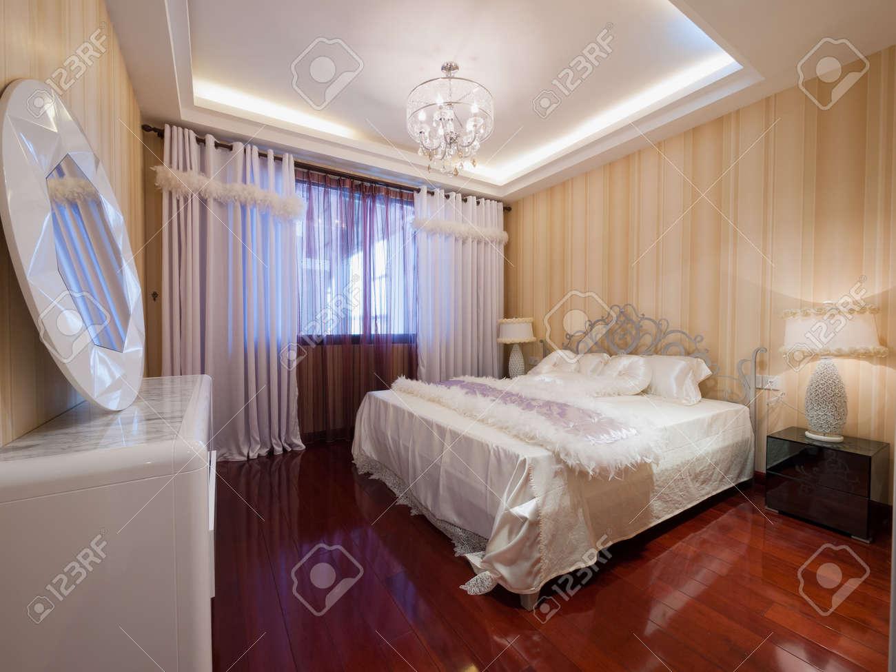 La chambre à coucher moderne avec une belle décoration banque d ...