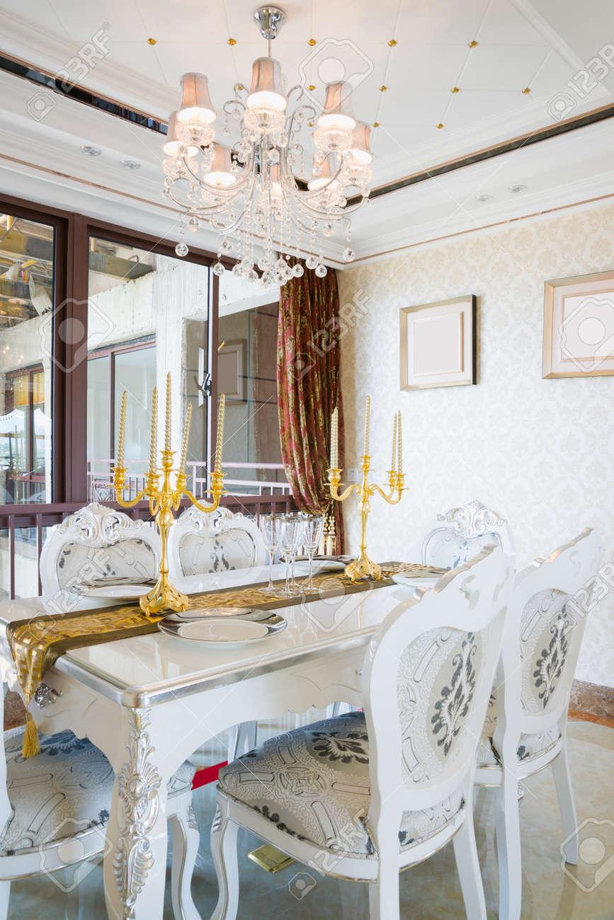 El comedor con decoración de lujo y un bonito mobiliario