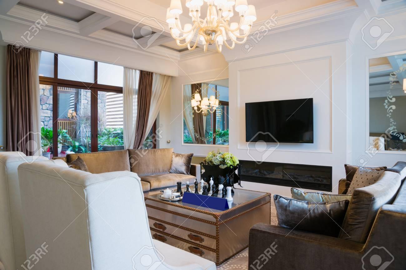 Wohnzimmer Mit Schöne Dekoration Lizenzfreie Fotos, Bilder Und Stock ...
