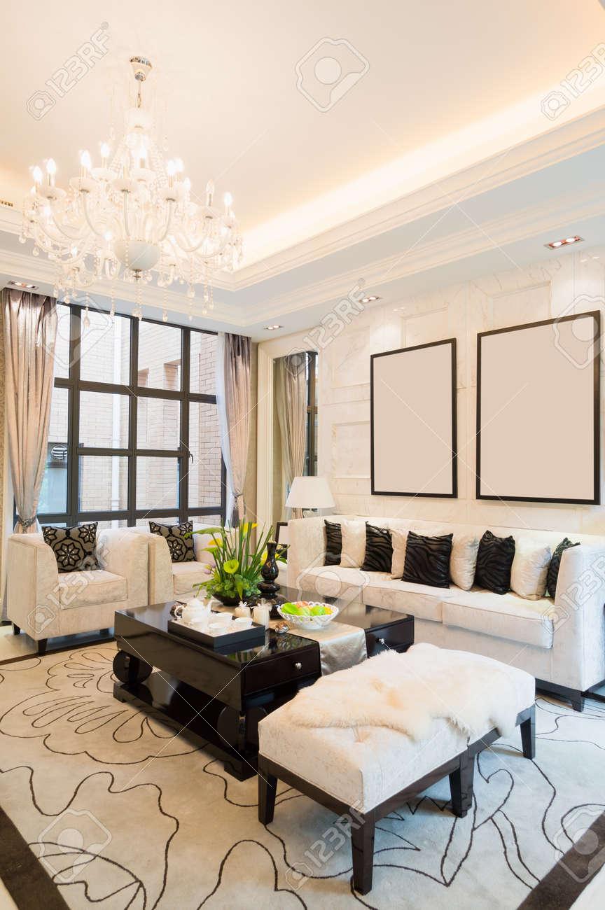 Luxus Wohnzimmer Mit Schönen Dekoration Standard Bild   24225943
